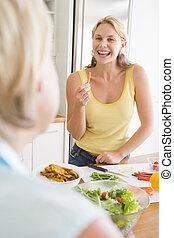 kvinna prata, till, vän, medan, förberedande, måltiden