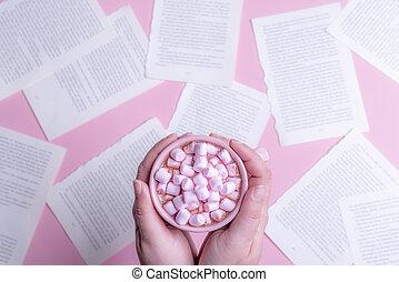 kvinna räcka, över, choklad, varm, bok, ark