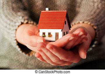 kvinna räcka, a, liten, nytt hus, in, henne, hands.,...