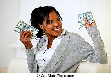 kvinna räcka, pengar, ung, förtjusande, välstånd, kontanter