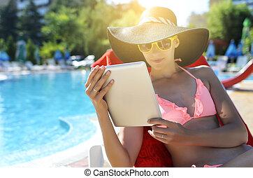 kvinna räcka, skrivblock persondator
