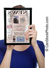 kvinna räcka, touchpad, pc, tidning, läsning