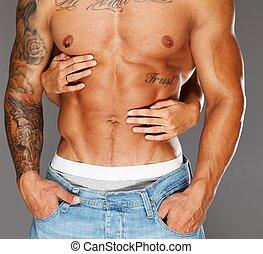 kvinna, räcker, omfamna, man, med, naken, muskulös, torso