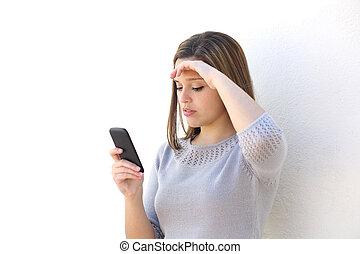 kvinna, rörlig telefonera, se, bekymrat
