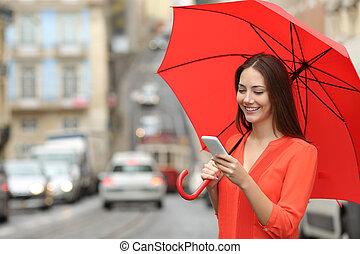 kvinna, regna, ringa, under, användande, smart