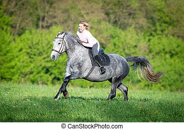 kvinna, ridande, a, häst, på, den, fält