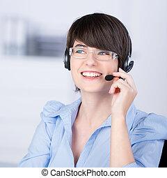 kvinna, ringa, hörlurar, talande, nätt, användande