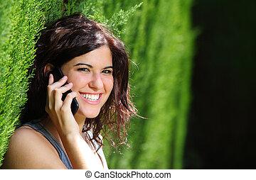 kvinna, ringa, parkera, le, attraktiv