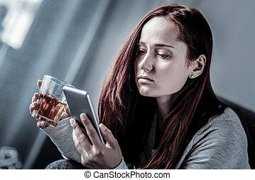 kvinna, rubba, glas, holdingen, redhead, användande, cellphone.