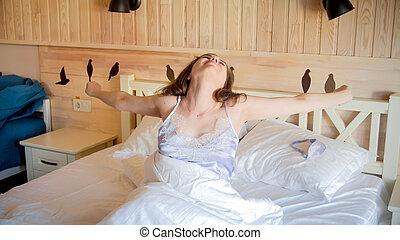 kvinna, rum, hotell, ung, säng, sträckande, le