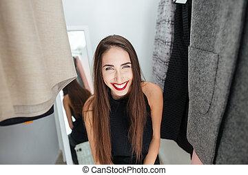 kvinna, rum, påklädning, stående