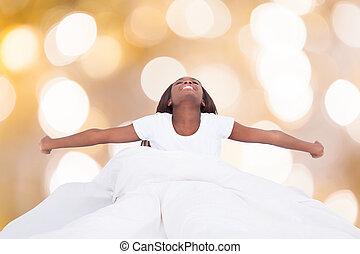 kvinna, säng, sträckande