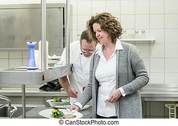 kvinna, service, restaurang, mat, tagande, kock, kök