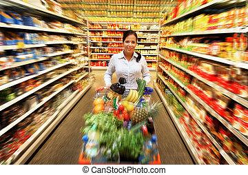 kvinna, shoppa för mat, hos, den, supermarket