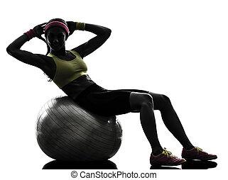 kvinna, silhuett, genomkörare, crunches, exercerande, boll, fitness