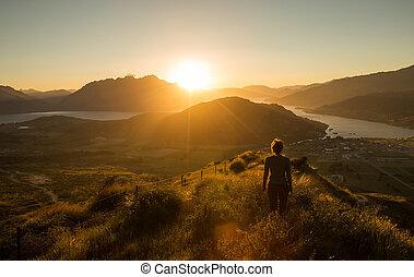 kvinna, silhuett, hos, solnedgång, på, den, fjäll