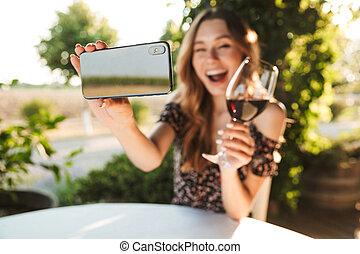 kvinna sitta, mobil, selfie, tel., ta, cafe