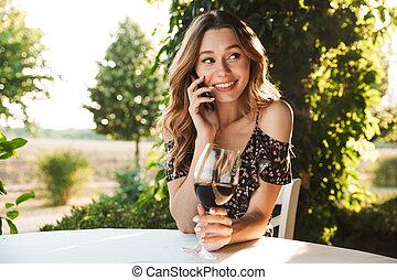 kvinna sitta, mobil, talande, tel., drickande, cafe, vin