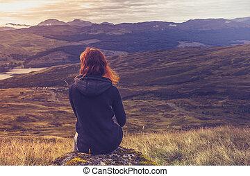kvinna sitta, på, fjäll toppa, och, betrakta