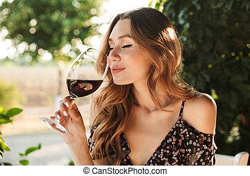 kvinna sitta, parkera, glas, holdingen, outdors, drickande,...