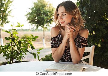 kvinna sitta, parkera, ung, book., outdors, cafe