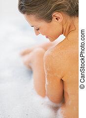 kvinna sitta, ung, bathtub., lycklig, baksidaen beskådar