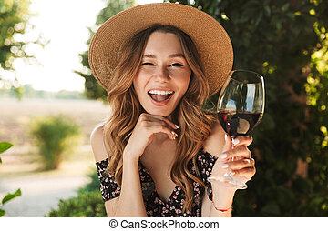 kvinna sitta, ung, drickande, cafe, vin.