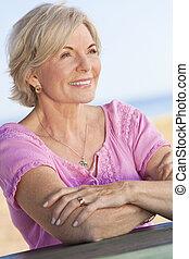 kvinna, sittande, utanför, attraktiv,  Senior, lycklig