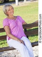 kvinna, sittande, utanför, Stående,  Senior, lycklig