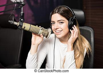 kvinna, sjungande, in, levande musik, visa, radio