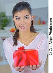 kvinna, skott, gåva, erbjudande, ung, eurasisk, studio