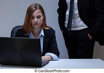 kvinna, skrämd, kontor