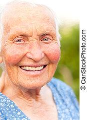 kvinna, skratta, äldre, utomhus