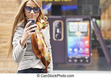 kvinna, smartphone, gata