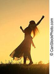 kvinna, solnedgång, dansande