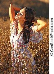 kvinna, sommartid, fält, vacker