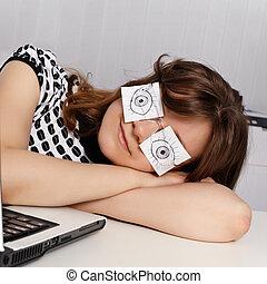 kvinna, sova, in, kontoren, under, arbete, timmar