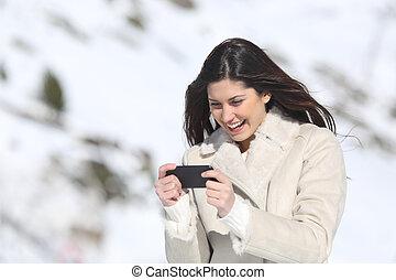 kvinna, spelande vilt, in, a, smart, ringa, på, vinter, lov