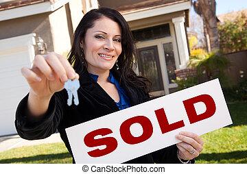 kvinna, stämm, hus, såld skylt, hispanic, holdingen, främre del
