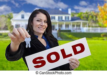 kvinna, stämm, hus, såld skylt, holdingen, främre del