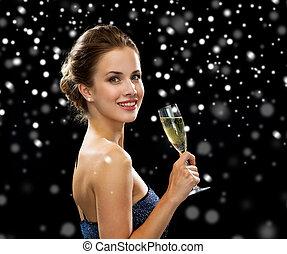 kvinna, stickande, glas, holdingen, le, vin