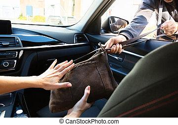 kvinna, stoppande, tjuv, medan, stöld, väska, från, bil