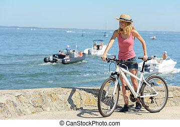 kvinna, strand, cykel