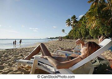 kvinna, strand, solbada