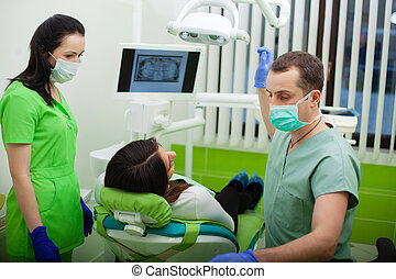kvinna, tålmodig, henne, besökande, tandläkare, klinik, nätt, dentistry.