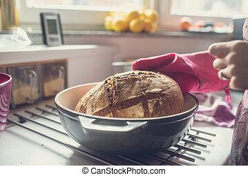 kvinna, tagande, varm, gjord, nytt, lera, hem, bread, kruka, ute