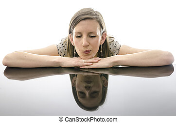 kvinna, tankfull, ung, böjelse, stående, bord