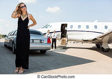 kvinna, terminal, elegant, flygplats, förmögen, klänning
