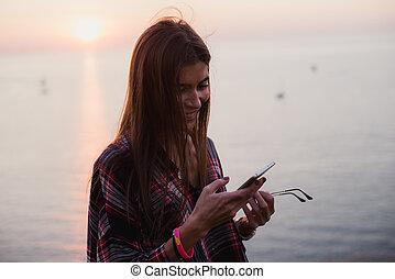 kvinna, texting, ringa, solnedgång, under, strand, smart