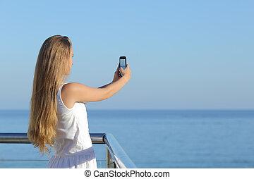 kvinna, tillverkning, a, fotografera, av, den, hav, med, a, smart, ringa